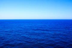 Een enkel schone, blauwe oceaan stock afbeelding