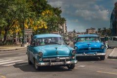Een enkel straat in La Habana, met ouderwetse uitstekende auto's daar genoemd carros stock afbeeldingen