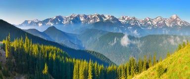 Een enorm panorama van bergbovenkanten stock foto