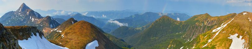 Een enorm panorama van bergbovenkanten vector illustratie