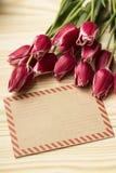 Een envelop en bloemen Stock Afbeeldingen
