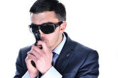 Een ernstige mens in zwarte glazen met kanon. Royalty-vrije Stock Afbeelding