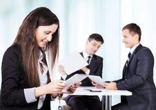 Een ernstige vergadering van bedrijfsmensen op het kantoor, partners op Besprekingsachtergrond Stock Foto