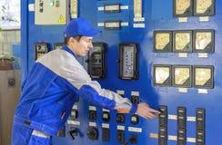 Een ervaren de boilermateriaal van het dienst met tussenkomst van de telefonistgas stock afbeeldingen