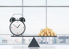 Een evenwicht tussen tijd en geld Aan de ene kant is geld, op ander één is een wekker Het concept tijd is geld O Royalty-vrije Stock Afbeelding