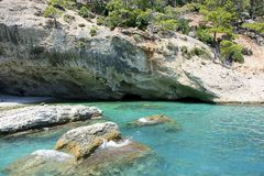 Een exotische plaats voor het duiken Blauwe overzees en rotsen Royalty-vrije Stock Fotografie