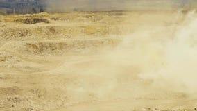 Een explosie in een rotssteengroeve stock video