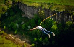 Een extreme sportman springt op een kabel van een grote hoogte stock afbeeldingen