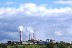 Een fabriek of een installatie op de berg Stock Afbeeldingen