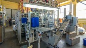Een fabriek voor plastic busproductie timelapse hyperlapse De transportband in de fabriek stock footage