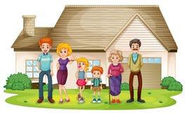 Een familie buiten hun groot huis Stock Foto