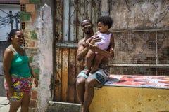 Een familie die, Salvador, Bahia, Brazilië glimlachen stock foto's