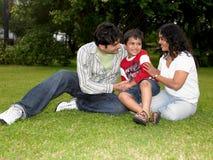 Een familie die in tuin speelt stock fotografie