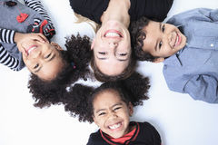 Een familie legt op de vloer van een fotografiestudio Royalty-vrije Stock Foto