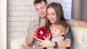 Een familie met een kindzitting op de laag stock footage