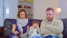 Een familie van vader, moeder en de jongen werd ziek, niezend zonder eind stock footage