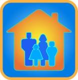 Een familie van vier in het huis Stock Afbeelding
