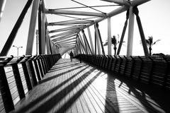 Een fantastisch spel van schaduwen van de brug van interessant ontwerp Stock Afbeeldingen