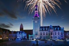 Een fantastisch vuurwerk in een oud stadscentrum van bailleul Frankrijk Stock Afbeeldingen