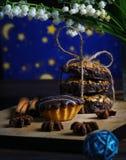 Een fantastische cupcake met lelietje-van-dalen tegen de sterrige hemel stock fotografie