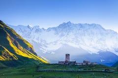 Een fascinerende mening over Ushguli-dorp bij de voet snow-capped MT Shkhara De Kerk Jgrag, Georgië, Europa van Lamaria van de pl stock afbeeldingen
