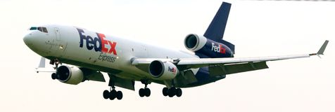 Een Fedex-Vliegtuig in de buurt van de luchthaven Stock Foto