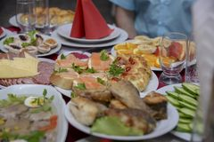 Een feestelijke lijst in het centrum van wie zich een plaat van sandwiches met rode vissen bevindt Stock Foto's