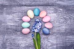 Een feestelijke Pasen-samenstelling Mening van hierboven concept de lente en het feest van de Pascha Stock Foto's