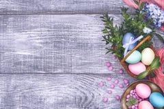 Een feestelijke Pasen-samenstelling Mening van hierboven concept de lente en het feest van de Pascha Royalty-vrije Stock Afbeeldingen