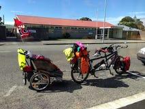 Een fiets achter elkaar met een babyaanhangwagen Royalty-vrije Stock Afbeelding