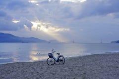 Een fiets bij dageraad Royalty-vrije Stock Afbeelding