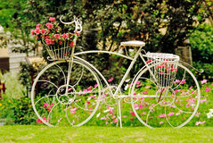 Een fiets in een tuin royalty-vrije stock afbeelding