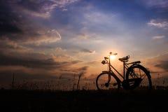 een fiets in het platteland in zonsopgangtijd Stock Fotografie