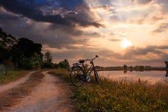 een fiets in het platteland in zonsopgangtijd Royalty-vrije Stock Foto's