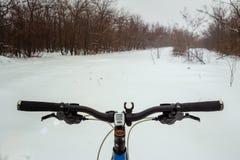 Een fiets op de achtergrond van een sneeuwweg De winter extreme avonturen en reis De winter extreme avonturen en reis royalty-vrije stock afbeeldingen