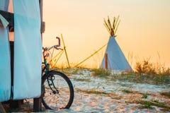 Een fiets op het strand stock foto