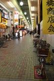 Een fiets werd geparkeerd in een winkelcomplex (Japan) Stock Foto