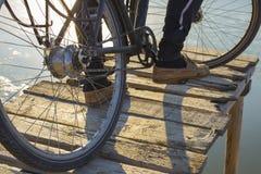 Een fietser berijdt een houten brug op een fiets royalty-vrije stock foto's