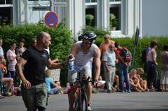 Een fietser bij een triathlon ontvangt energiedrank Stock Afbeeldingen