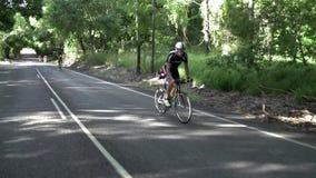 Een fietser die comfortabel het pak leiden stock videobeelden