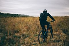 Een fietser in zwarte Stock Foto