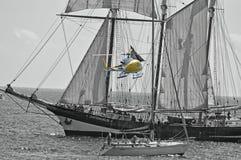 Een Filmbemanning Helecopter en Lang Schip Royalty-vrije Stock Afbeeldingen