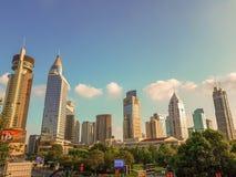 Een financieel district in Shangai, China tijdens zonsondergang stock afbeeldingen