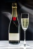 Een fles champagne een glas Royalty-vrije Stock Fotografie