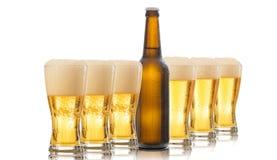 Een fles en glazen bier Royalty-vrije Stock Afbeeldingen