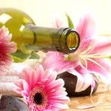 Een fles het masseren van olie op een kuuroordachtergrond Royalty-vrije Stock Afbeeldingen