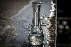 Een fles op een natte lijst Royalty-vrije Stock Foto's