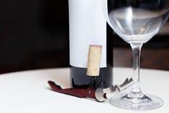 Een fles van rode wijn, een glas en een kurketrekker royalty-vrije stock foto