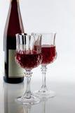 Een fles wijn en twee glazen Stock Foto's
