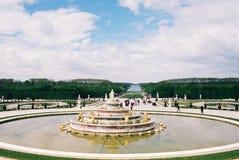 Een fontein in de tuinen van Versailles stock foto